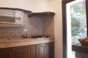 6.Cucina con portafinestra verso il giardino e la zona barbecue